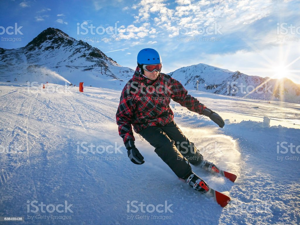 Skier on piste in high mountains on sunny day – Foto
