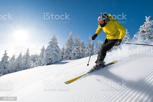 Esquiador Foto de stock y más banco de imágenes de Aire libre