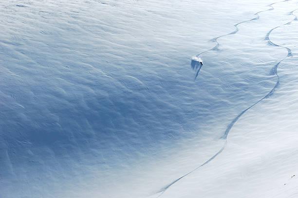 skifahrer fahren auf der piste - spur stock-fotos und bilder