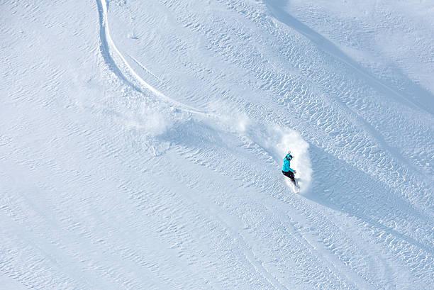 skieurs de ski hors-piste sur une belle piste de la montagne - station de ski photos et images de collection