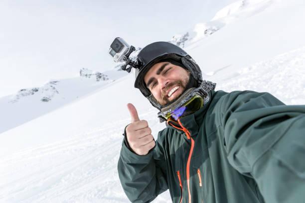 Skifahrer, Snowboarder, die ein Selfie auf die Berge – Foto