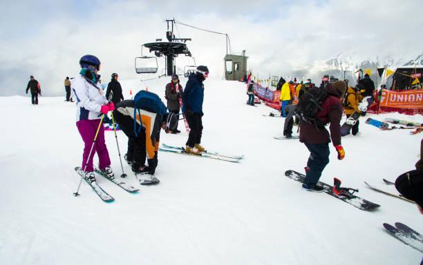 skieurs et snowboarders en haut de la piste de course au cours de slalom en banque légendaire mt baker - mont baker photos et images de collection