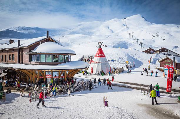skifahrer im alpine ski-resort auf einem schneebedeckten berg, schweiz - hotel bern stock-fotos und bilder