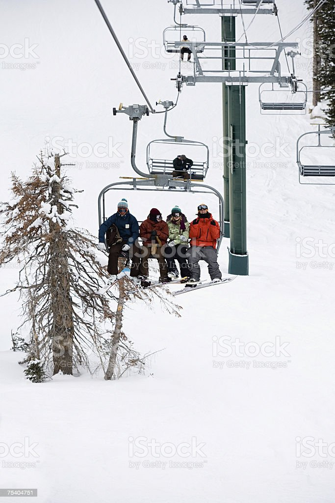 Esquiadores de um teleférico foto de stock royalty-free