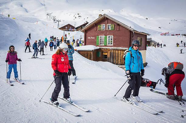 skifahrer auf gut präparierten pisten sehr winter ski resort alpen der schweiz - hotel bern stock-fotos und bilder