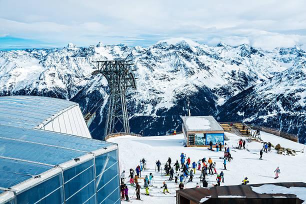 skieurs de ski resort soelden, tyrol, autriche - station de ski photos et images de collection