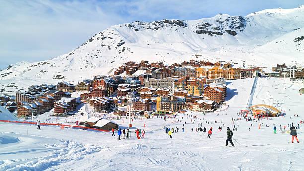 """de ski et de snowboard, dans les alpes françaises centre de villégiature d """" hiver - station de ski photos et images de collection"""