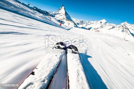 istock Skiing at speed 1283528076