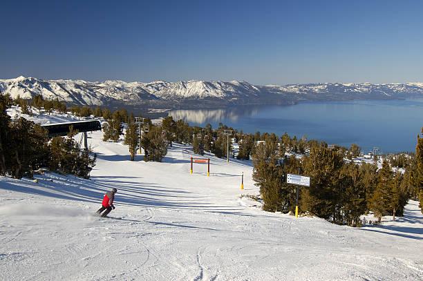 skifahren in nevada am lake tahoe - lake tahoe winter stock-fotos und bilder
