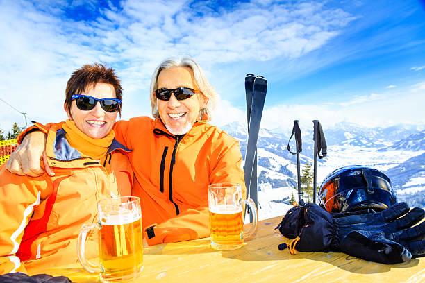 skifahren altes paar hat eine pause - bier gesund stock-fotos und bilder
