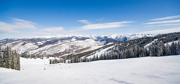 ski-pisten und die rocky mountains - colorado tanne stock-fotos und bilder