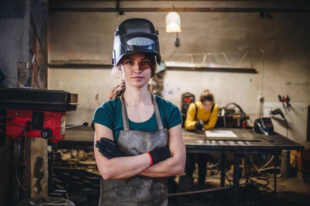 Qualifizierte und selbstbewussten Frauen bei einer kleinen Schlosserei – Foto