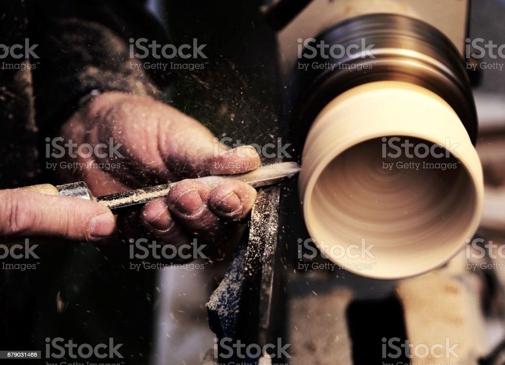Artisans au cours des travaux de la pièce en bois dans le carpe photo libre de droits