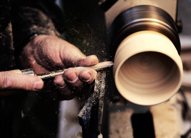 Artisans au cours des travaux de la pièce en bois dans le carpe - Photo