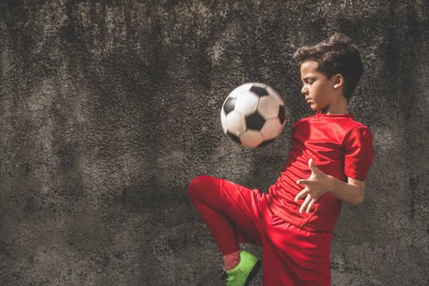 qualifizierten jungen fußball spielen - spiel des wissens stock-fotos und bilder
