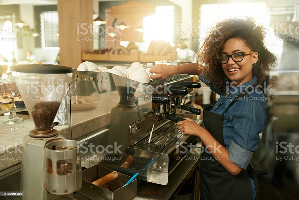 Skilled in the art of making coffee - foto de stock
