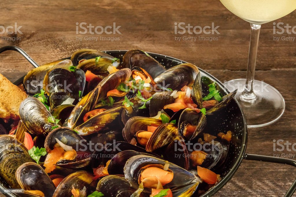 Pfanne von marinara Muscheln mit Weißwein auf rustikalen Hintergrund – Foto