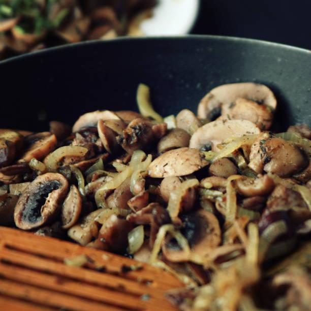 Eine Pfanne mit gebratenen Pilzen. Veganes Gericht. – Foto