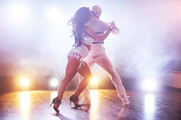 Geschickte Tänzerinnen in den dunklen Raum unter dem Konzert Licht und Rauch. Sinnliche Paar einen künstlerischen und emotionalen zeitgenössischer Tanz – Foto