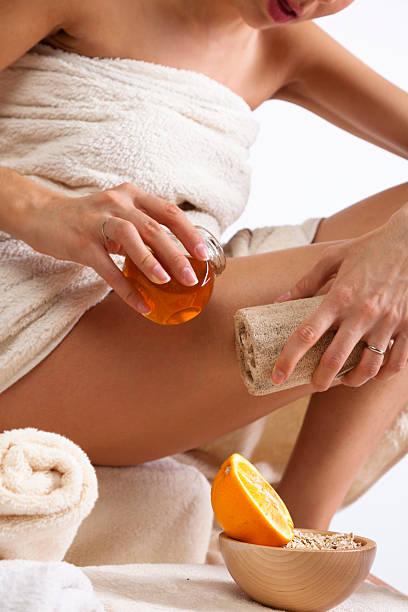 haut-pflege mit organischen naturschwamm, honig und orange. - peeling bürste stock-fotos und bilder