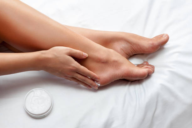 skin care for feet - feet hand imagens e fotografias de stock