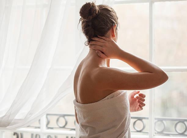 skin care - schmale schulter stock-fotos und bilder
