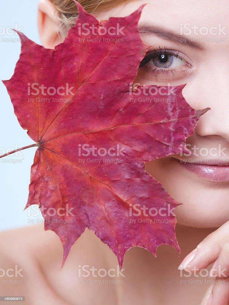 Skin care.  Porträt der jungen Frau Mädchen mit Rotes Blatt. Lizenzfreies stock-foto