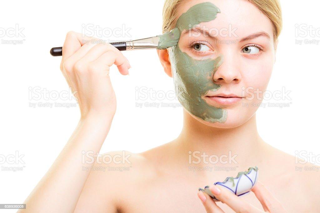 Soin de la peau.   Femme application de masque de boue argile sur le visage.   - Photo