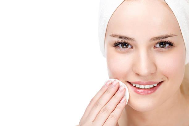 femme enlevant le maquillage de soin de la peau - démaquillant photos et images de collection