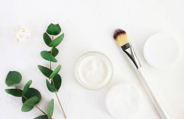 hautpflege kosmetik mit aroma eukalyptus pflanzen zu extrahieren. home spa und körperpflege. - makeup selbst gemacht stock-fotos und bilder