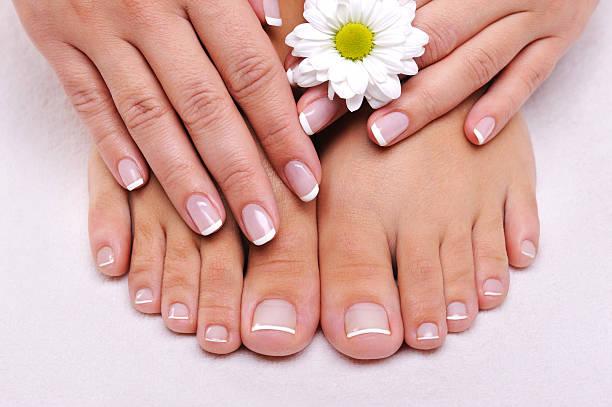 cura della pelle di un piedi femminili di bellezza - pedicure foto e immagini stock