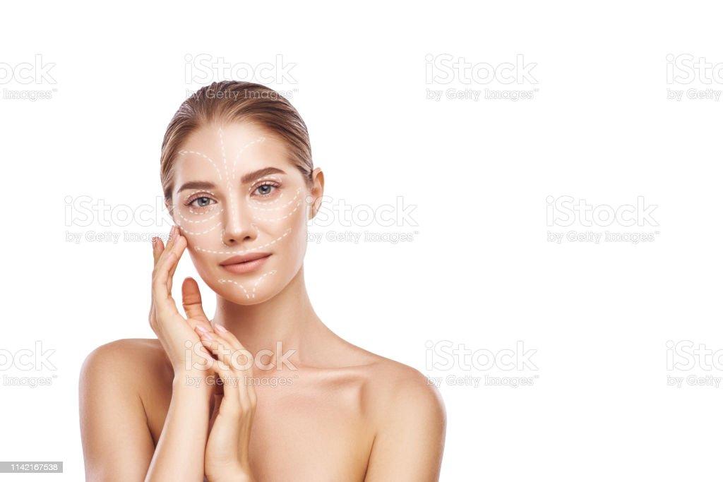 Hautstraffbehandlung. Porträt der schönen und jungen Frau berühren ihre perfekte Haut mit Lieben Pfeile darauf. Isoliert auf weißem Hintergrund. Hautpflegekonzept. Kosmetik. - Lizenzfrei Alterungsprozess Stock-Foto