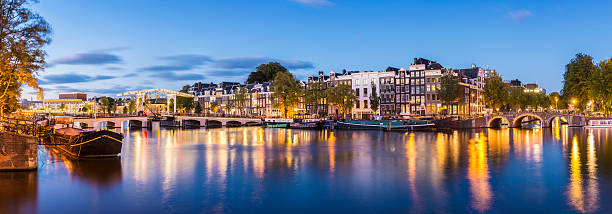 Skinny Bridge and Amstel Canal at twilight Amsterdam Holland - foto de acervo