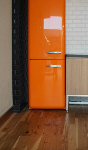 dünne orange kühlschrank - geschlossene küchen stock-fotos und bilder