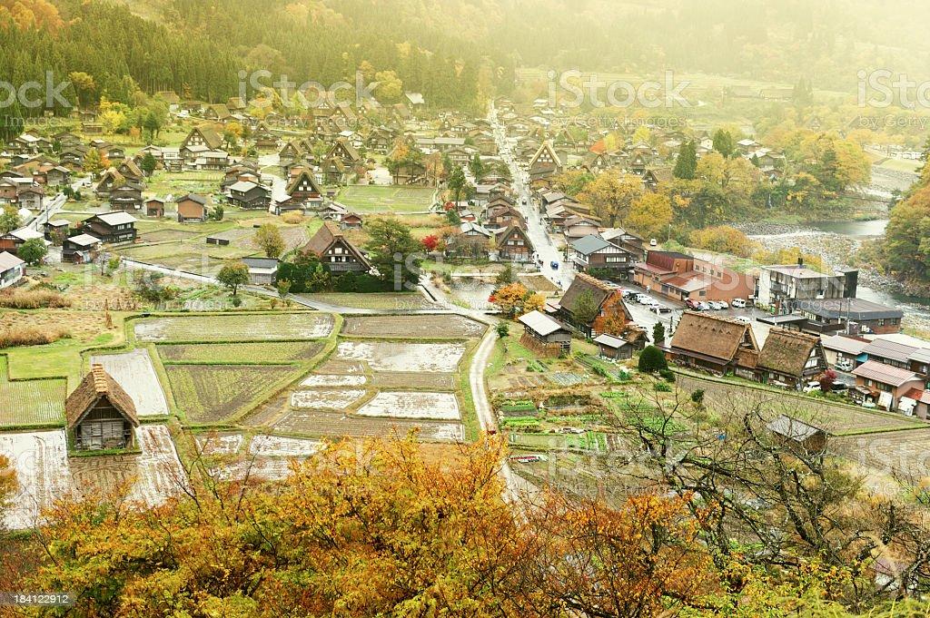 Skirakawago village y rodea campos de arroz en Japón - foto de stock