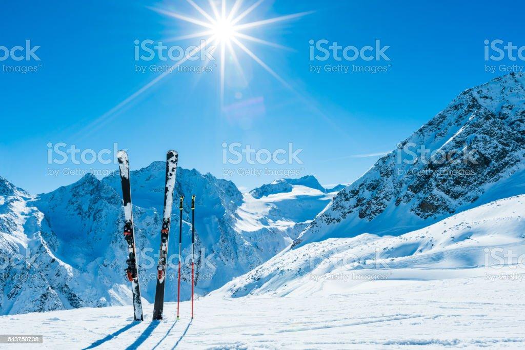 Skier und Skistöcke an abgelegenen Hang – Foto