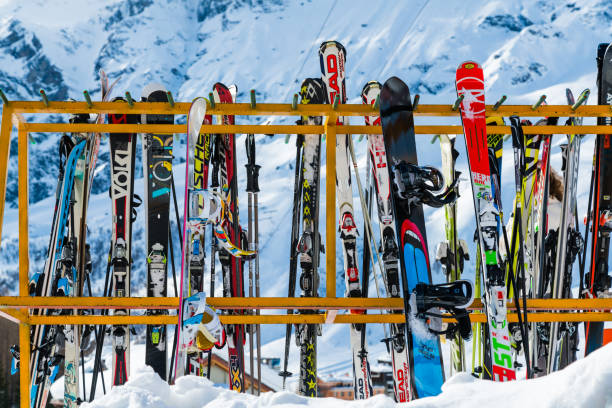 Skier und Skistöcke ins Rack am Hang – Foto