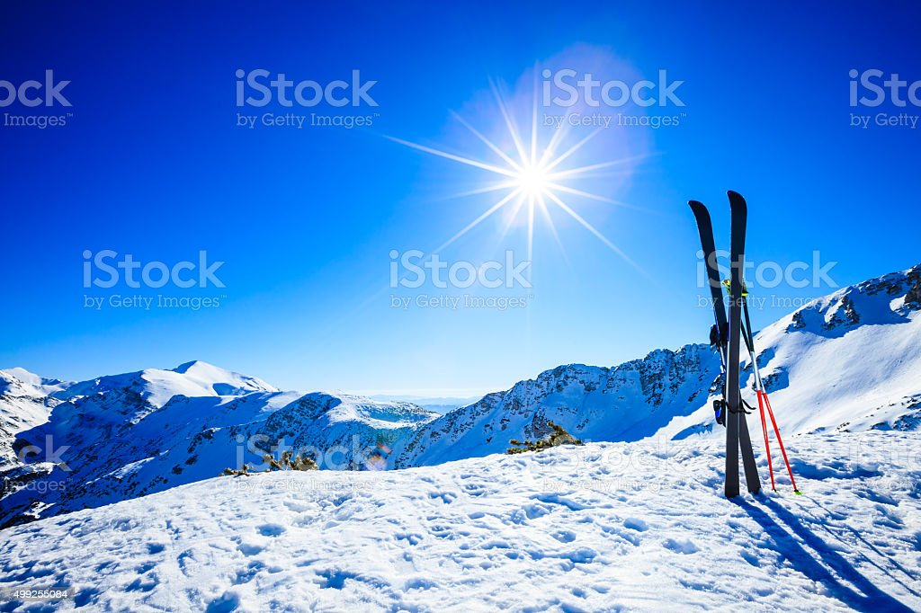 Ski sur les pistes contre le soleil photo libre de droits