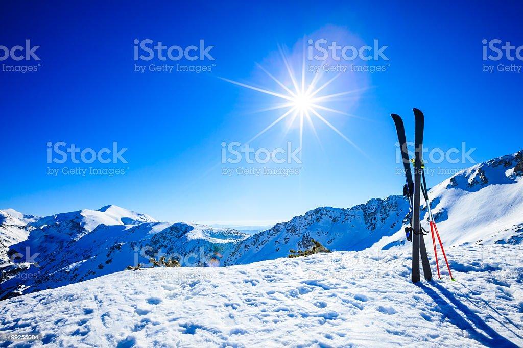 Skier auf der Piste vor Sonne – Foto