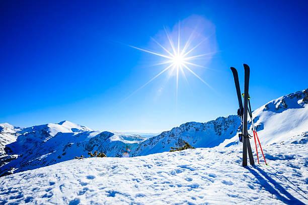 ski sur les pistes contre le soleil - station de ski photos et images de collection