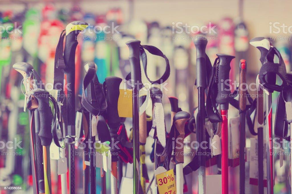 esqui-varas em vitrine de loja - foto de acervo