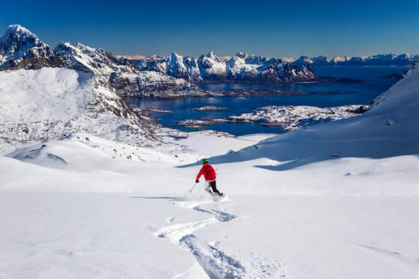 Abfahrt-Pulverschnee in Lofoten-Norwegen – Foto