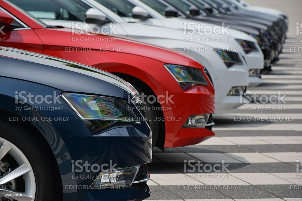 Skoda carros em uma linha - foto de acervo