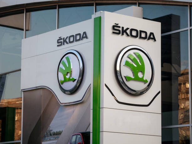 skoda logo on their main dealership store belgrade. skoda is a czech car and automotive manufacturer part of the volkswagen group - коммерческая символика стоковые фото и изображения