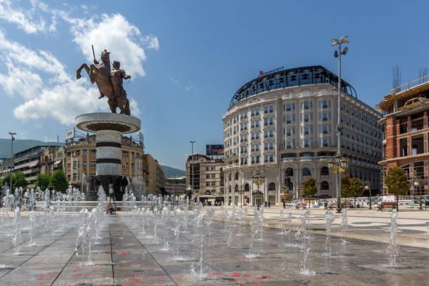 üsküp şehir merkezi ve i̇skender büyük anıt, makedonya cumhuriyeti - üsküp stok fotoğraflar ve resimler