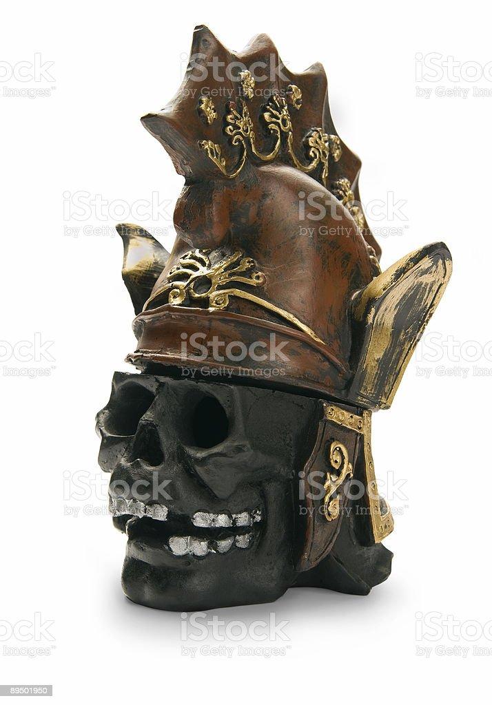 Teschi e antico casco, isolato su sfondo bianco foto stock royalty-free