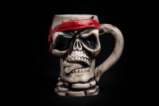skalle mugg på svart bakgrund - coffe with death bildbanksfoton och bilder