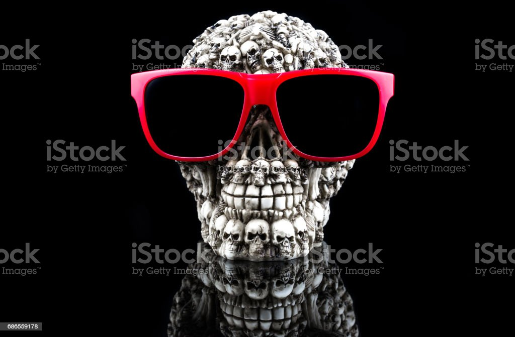 Skull with sunglasses isolated on black background foto stock royalty-free