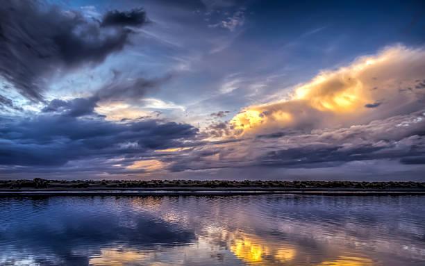 Himmel und Wolken in den Fluss – Foto
