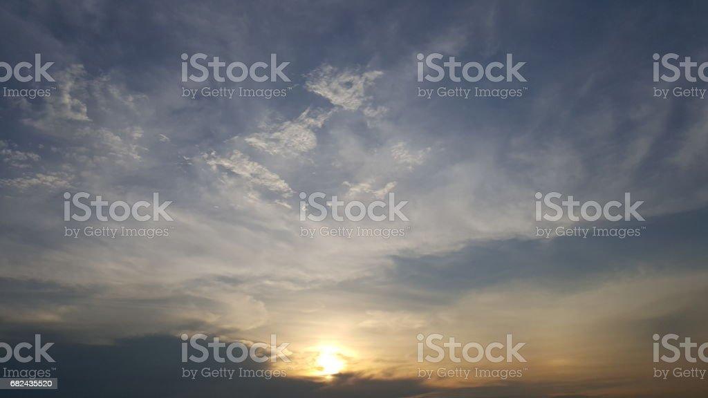 ciel et beaucoup de nuages au coucher du soleil photo libre de droits